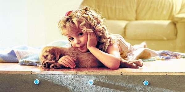 Девочка с собакой на теплом полу с водяным обогревом